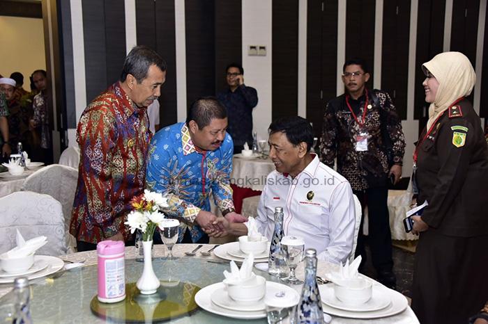 Bupati Bengkalis Amril Mukminin saat bersalaman dengan Wiranto